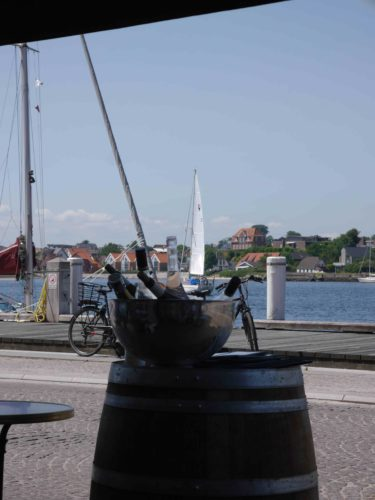 Sonderburg: Der Kir auf der Pier - Literaturboot - Blog